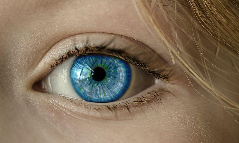 """Image centrée sur l'oeil bleu d'une fille qui nous regarde comme si elle nous surveillait, afin d'illustrer l'article : """"Wajam, le software de publicités intrusives qui surveille les internautes"""""""