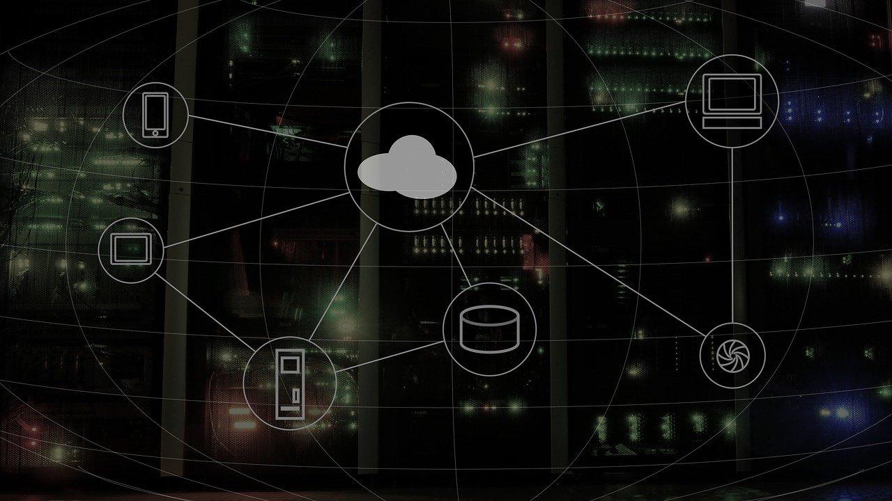 """Schéma de pyctogrammes cloud et ordinateurs connectés sur fond sombre pour illustrer l'article """"READY FOR IT, la nouvelle rencontre d'affaires organisée par DG Consultants"""""""
